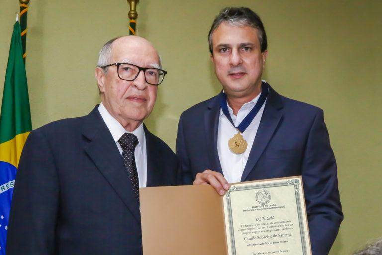 Camilo Santana é homenageado pelo Instituto do Ceará