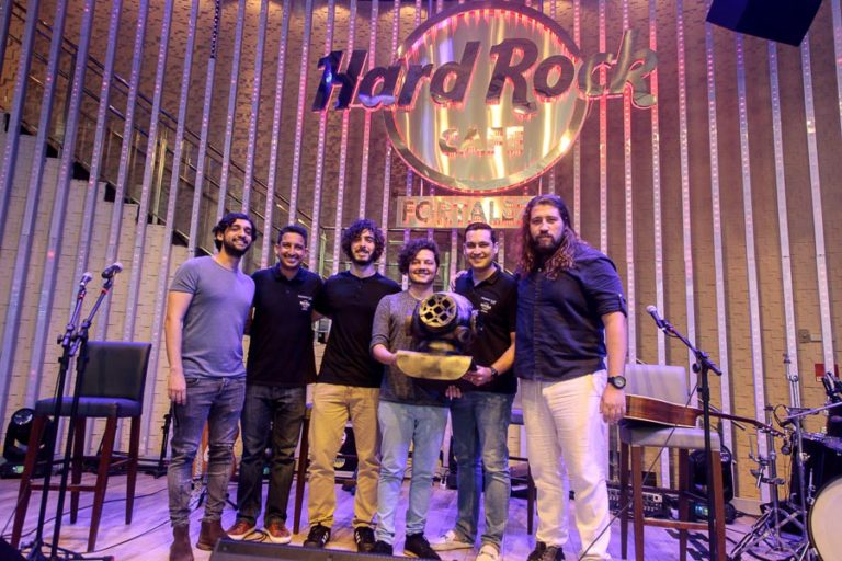 Selvagens entrega itens para a memorabilia do Hard Rock Cafe