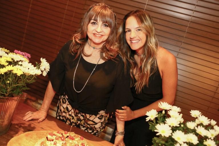 Carmem Cinira ganha festa surpresa no Coco Bambu Meireles